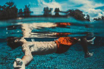 Mensch liegt auf dem Rücken im Wasser